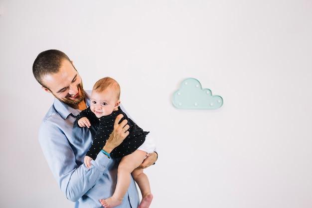 Rozochocony ojciec patrzeje dziecka