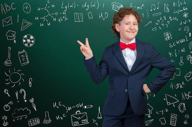 Rozochocony rozważny szkolny chłopiec, z powrotem szkoły pojęcie