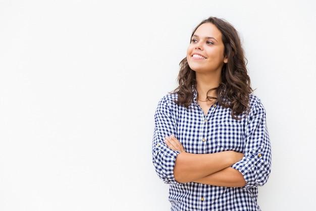 Rozochocony uśmiechnięty żeński klient patrzeje daleko od
