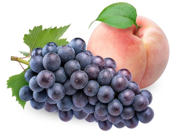Różowa brzoskwinia i winogrono kyoho z liśćmi na białym tle