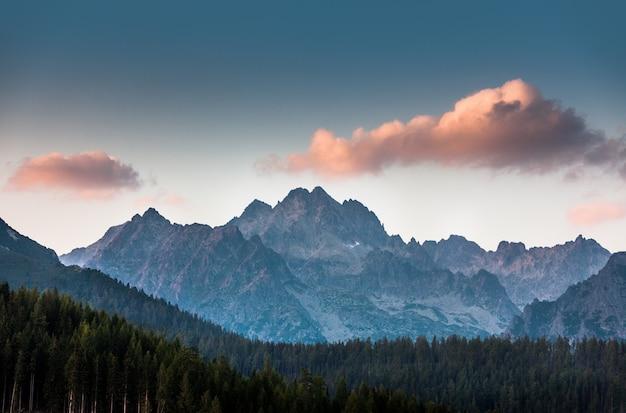 Różowa chmura nad górami w wysokich tatrach