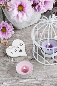 Różowa chryzantema w betonowym garnku z świeczkami