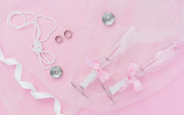 Różowa dekoracja ślubna z kieliszkami do szampana
