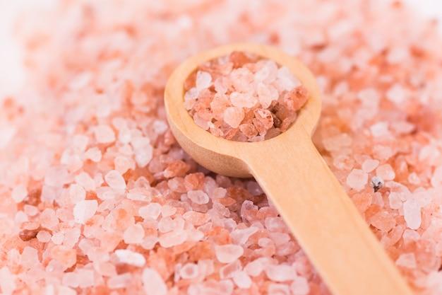 Różowa drewniana łyżka soli himalajskiej