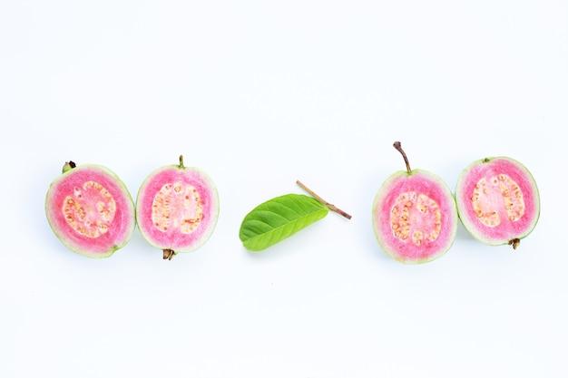 Różowa guawa na białej ścianie.