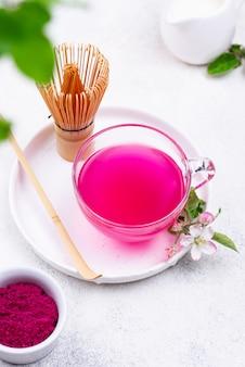 Różowa herbata matcha z owocu smoka