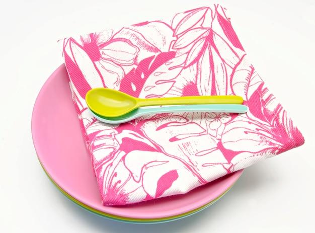Różowa jednorazowa zastawa stołowa