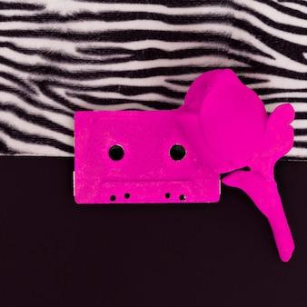 Różowa kaseta audio na nadruku zwierzęcej zebry. minimalna płaska sztuka kreatywna