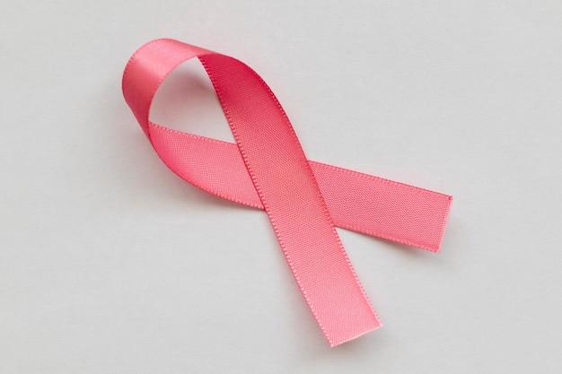Różowa kokardka z kampanii profilaktyki raka piersi różowy październik