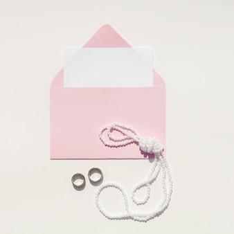 Różowa koperta na zaproszenie na ślub