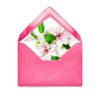 Różowa koperta z kwiatami powojników pojedynczy obiekt na białym tle