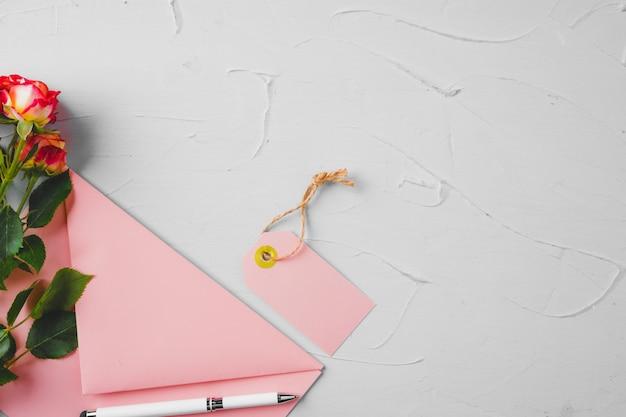 Różowa koperta z kwiatami, widok z góry. romantyczny list