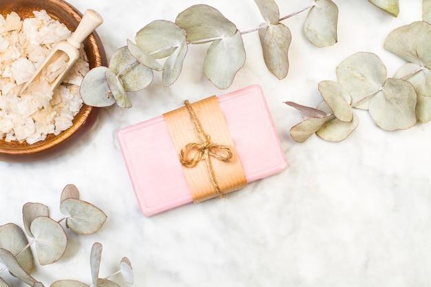 Różowa kostka mydła z gałązkami eukaliptusa