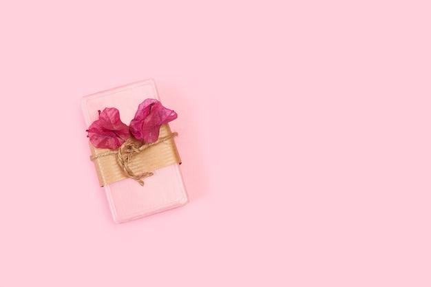 Różowa kostka mydła z kwiatami bugenwilli