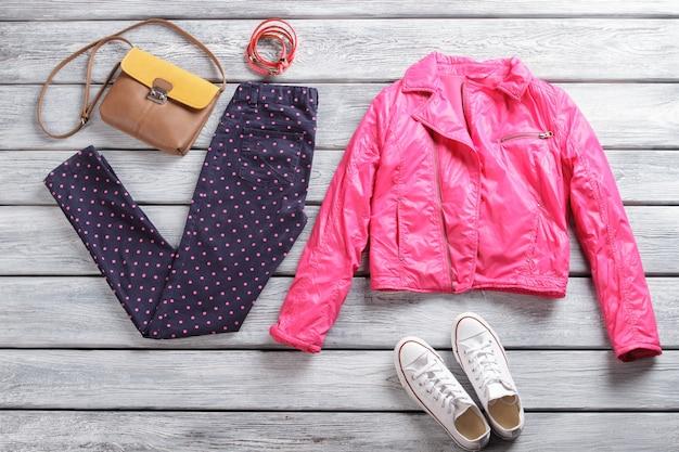 Różowa kurtka ze spodniami w kropki białe płócienne buty i torebka casualowa wiosenna odzież dla pań...