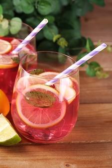 Różowa lemoniada w okularach na stole z bliska
