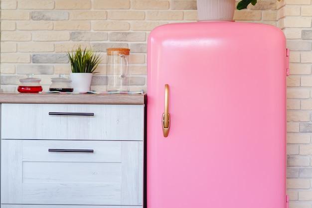 Różowa lodówka w stylu retro w vintage kuchni