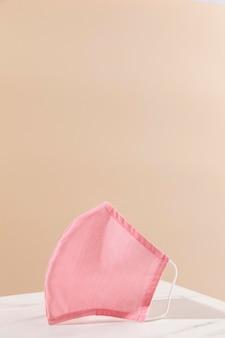 Różowa maska ochronna na stole