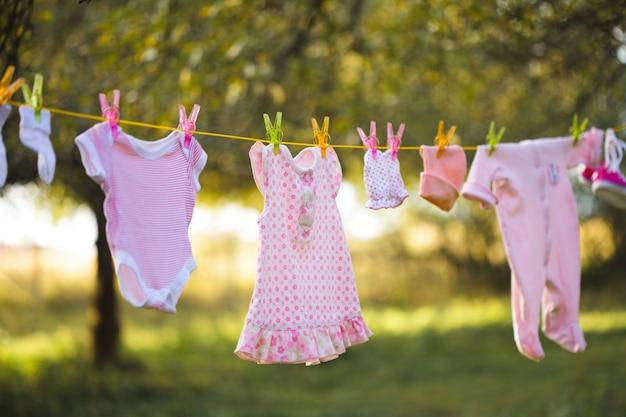 Różowa odzież dziecięca na zewnątrz w ogrodzie