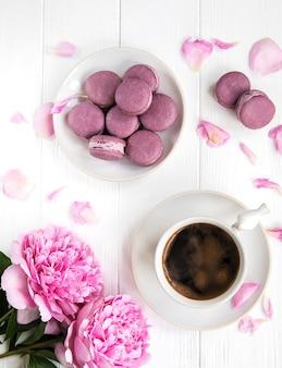 Różowa piwonia z kawą i macarons