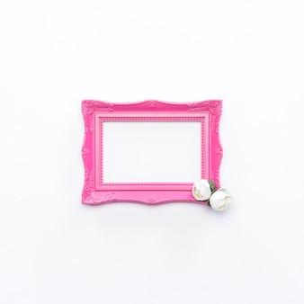 Różowa rama biały kwiat rocznika tło
