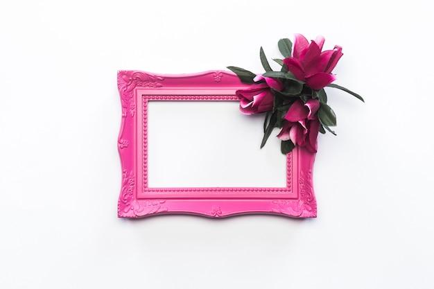 Różowa ramka różowe i zielone kwiaty tło vintage