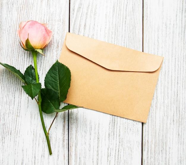 Różowa róża i koperta