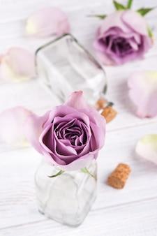 Różowa róża w butelce