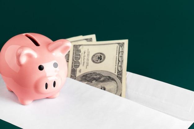 Różowa skarbonka i dolarów
