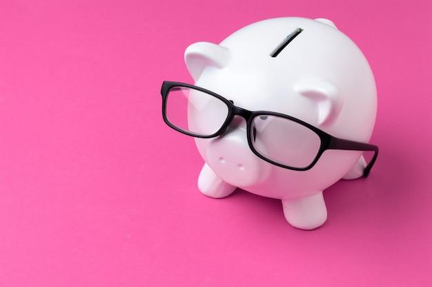 Różowa skarbonka w okularach