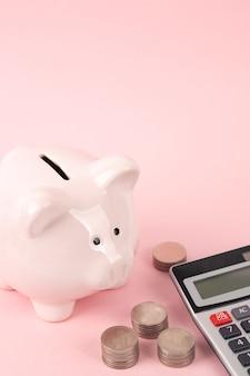Różowa skarbonka z kalkulatorem na różowo