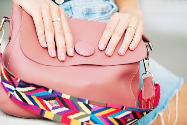 Różowa skórzana torba, kobiecy elegancki strój glamour