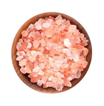 Różowa sól himalajska w drewnianej misce