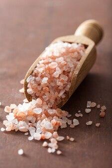 Różowa sól himalajska w gałce