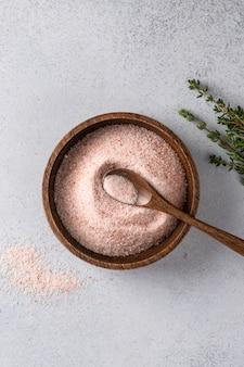 Różowa sól himalajska w misce