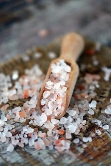 Różowa sól himalajska.