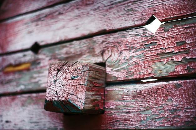 Różowa stara farba na drewnianej desce