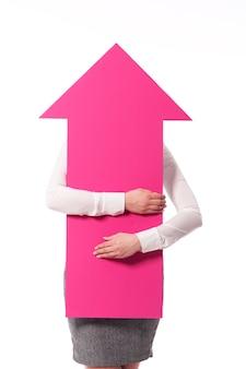 Różowa strzałka ze znakiem wskazuje górę