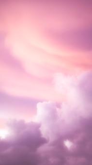 Różowa tapeta na telefon komórkowy z pochmurnym niebem