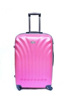 Różowa walizka odizolowywająca na bielu