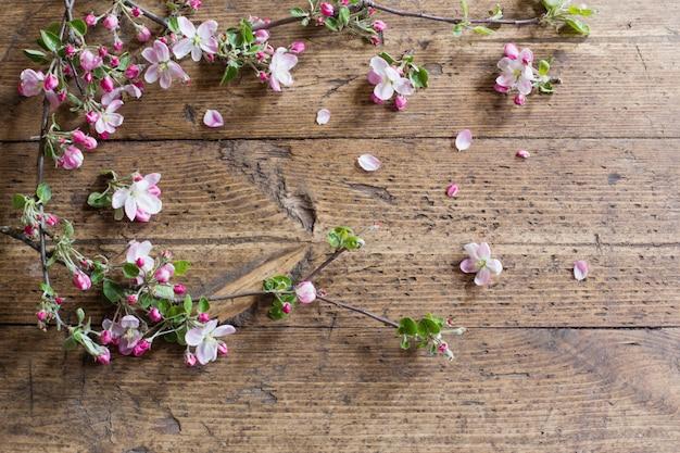 Różowa wiosna kwitnie na starym drewnianym tle