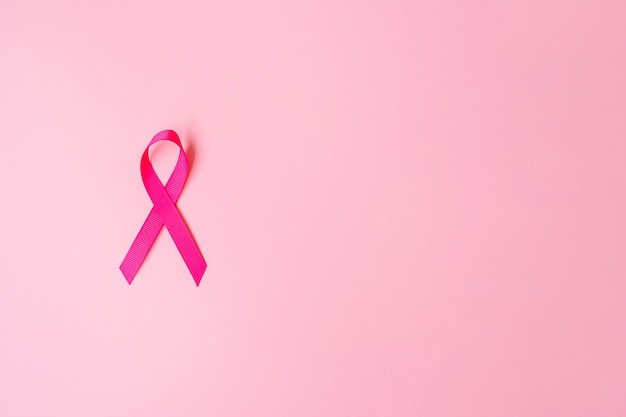 Różowa wstążka na różowym tle