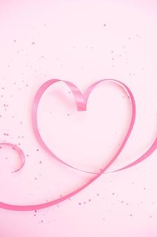 Różowa wstążka w kształcie serca