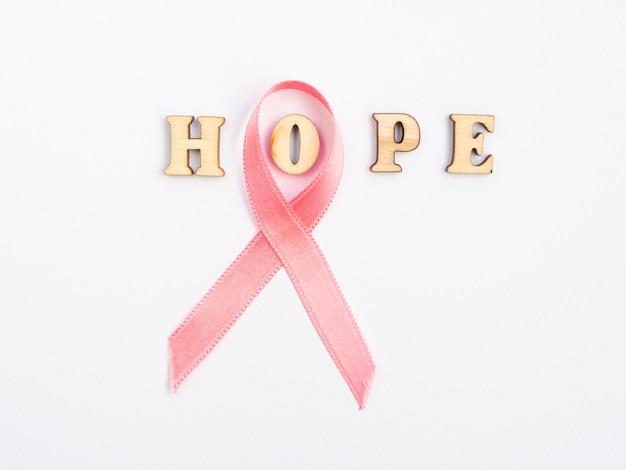 Różowa wstążka wyrażająca świadomość raka piersi