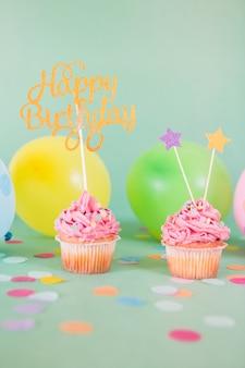 Różowe babeczki urodziny z balonami