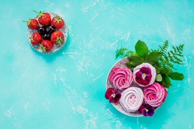 Różowe bezowe ciasteczka z jagodami na deser