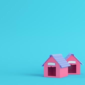 Różowe budy dla psa na jasnym niebieskim tle