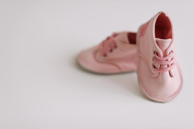 Różowe buty dziecięce izolowane z miejsca na kopię