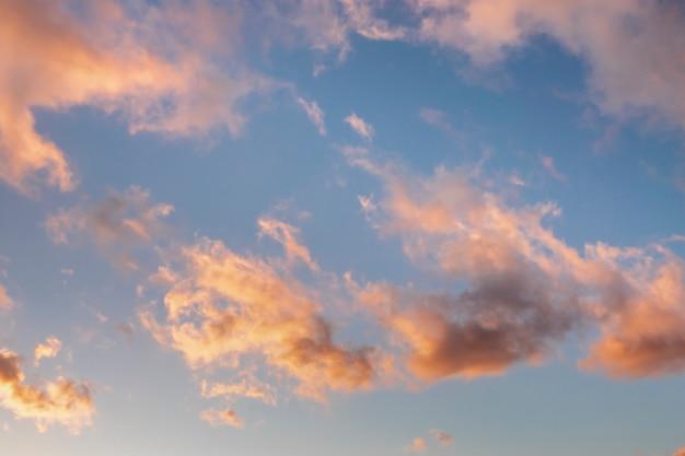Różowe chmury o zachodzie słońca