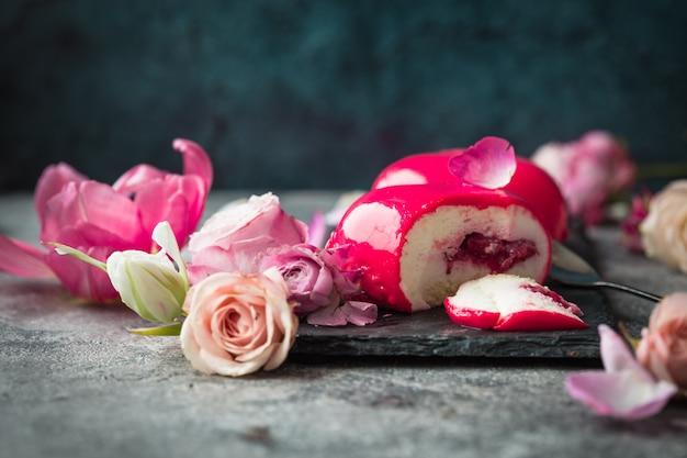 Różowe ciasta mus z różą